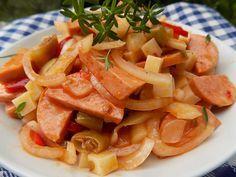 Oloupané špekáčky a cibuli nakrájíme na tenčí půl kolečka. Sýr na kostičky a rohy na kousky. Cibuli lehce posolíme a necháme chvíli... Bon Appetit, Thai Red Curry, Cantaloupe, Salads, Food And Drink, Fruit, Ethnic Recipes, Salad, Chopped Salads
