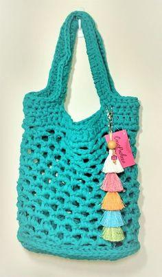 Bolsa de praia em crochê com fio de malha vazada em azul/verde turquesa com cheveiro de tassel colorido.