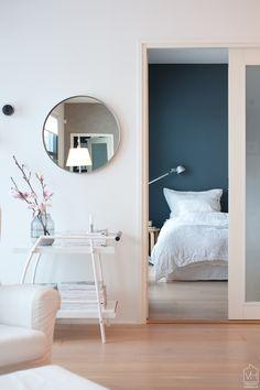 Kurkistus makuuhuoneen sinisiin seiniin - Valkoinen Harmaja | Divaaniblogit