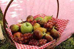Cesta de frutas foram deixadas em cima da toalha no chão... foram sobremesas muito agradáveis!!! 046 by PraGenteMiúda, via Flickr
