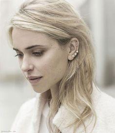 Pernille Teisbaek usando earcuffs.