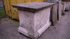 Basis aus Stein - http://www.achillegrassi.com/de/project/basamento-in-pietra/ - Schöne Realisierung aus weißem Stein von Vicenza. Eine Basis mit Verzierungen an den vier Seiten. Maße:  145cm x 100cm x 103cm (H)