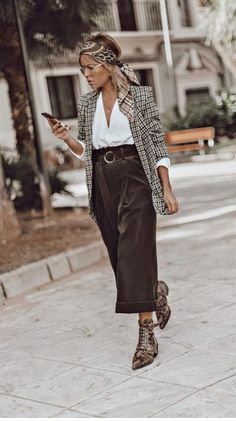 Trouser outfits: high waisted trousers plaid blazer head scarf pointed toe booties plaid and leopard print mixed prints Look Blazer, Plaid Blazer, Check Blazer, Casual Blazer, Looks Street Style, Looks Style, Look Fashion, Fashion Outfits, Fashion Trends