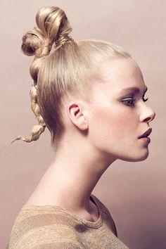 Hochsteckfrisur mit Draht: Wofür war eigentlich nochmal Haarspray nützlich?
