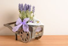 Nápady na vkusné levandulové dekorace do každé místnosti v… | iReceptář.cz Planter Pots, Lavender, Decorative Boxes, Home Decor, Decoration Home, Room Decor, Interior Design, Home Interiors, Plant Pots