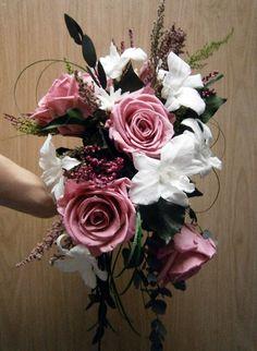 Ramo con caída, de rosas y orquídeas