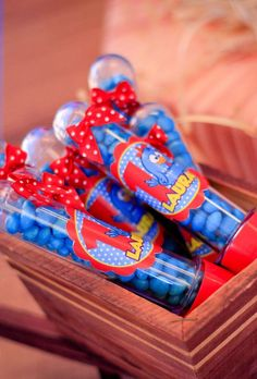 Conheça nossa seleção com 50 ideias para decoração de festa de aniversário infantil com o tema da galinha pintadinha. Remember Day, Treasure Boxes, Baby Shark, Alice, Gift Wrapping, Baby Shower, Birthday, Party, Kids