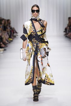 2017 marks the year anniversary of Versace founder Gianni Versaces tragic death. His sister Donatella Versace chose the Italian fashion brands springsummer 2018 collection as a way to pay homage to his most iconic Donatella Versace, Gianni Versace, Versace Versace, Atelier Versace, Haute Couture Style, Couture Mode, Couture Fashion, Runway Fashion, Womens Fashion