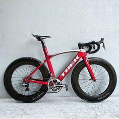 Trek Madone 9 with on deep dish Bontragers. Cycling Art, Road Cycling, Cycling Bikes, Cycling Quotes, Cycling Jerseys, Bmx, Mtb Bike, Trek Road Bikes, Pinterest Foto