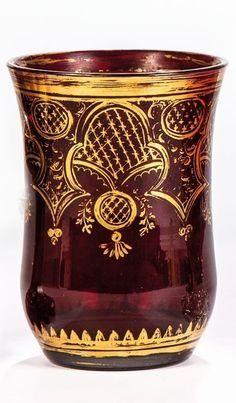 Becher mit Gittermuster Südböhmen, Buquoy'sche Glashütten, Mitte 19. Jh. Farbloses Glas mit Rubinunterfang.