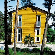 Une maison en bois couleur ocre jaune