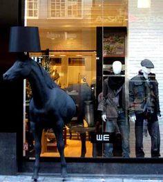 Cavalos inspiram força, beleza, refinamento e elegância. Vitrines inspiradas em cavalos selecionadas pela Vitrine Mania. Confira. www.vitrinemania.com.br #vitrine #vitrinismo #visualmerchandising #ideiavitrine