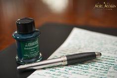 Für Jäger oder Naturliebhaber eignet sich der grüne Farbton perfekt. Und das große Plus: diese Tinte ist dokuementenecht! #DeAtramentis_Dokumententinte_Grün www.nota-nobilis.at/premium-tinten/13/de-atramentis-dokumententinte-gruen Dyes, Paper, Colors