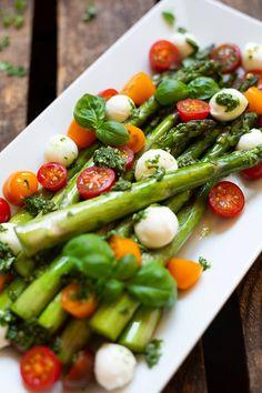 Spargel-Caprese-Salat mit Basilikum-Dressing ist SO GUT! Grüner Spargel, bunte Tomaten, Mozzarella und eine leichte Basilikum-Sauce, lecker! - Kochkarussell.com #salat #spargel #caprese #frühlingsrezept