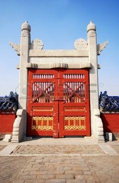 Antigua puerta de madera rojo en el templo del cielo, Beijing, China.