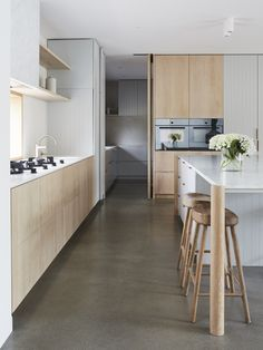 Rammed Earth Homes, Solid Oak Dining Table, Interior Architecture, Interior Design, Living Comedor, Indoor Outdoor Living, Australian Homes, Contemporary Interior, Cheap Home Decor
