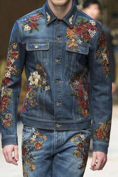 Adiós a los jeans rotos  ahora el denim se pinta de lujo con bordados para e7f8ebbf09
