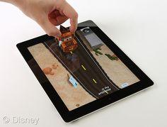 Aplicativo da Disney integra iPad com carrinho de brinquedo. Pode ser um presente de Natal para as crianças. Elas vão adorar brincar com o McQueen e sua turma neste ambiente interativo. Preço do AppMates com 2 modelos de carrinho: R$129,99 e com 1 carrinho: 89,99.