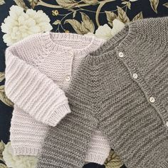 Image of Rillo Og Hyggen Str.Ravelry: Rillo And Hyggen pattern by PixenDkAbout the design: This pattern gives instructions for two designs, both of which are simple, pretty, and easy to knit. Baby Cardigan Knitting Pattern Free, Baby Boy Knitting Patterns, Knitted Baby Cardigan, Hand Knitted Sweaters, Cardigan Pattern, Knitting For Kids, Baby Patterns, Ravelry, Baby Kind