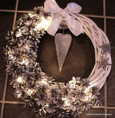 käpykranssi DIY Cozy Christmas, Christmas Time, Christmas Wreaths, Christmas Crafts, Christmas Decorations, Xmas, Grapevine Wreath, Burlap Wreath, Door Wreaths