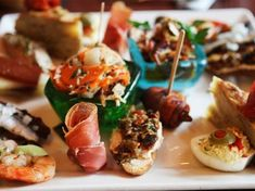 Heading to Granada, Spain? See our recommendations on where to go for the best tapas restaurants.