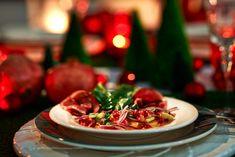 Feines, winterliches Carpaccio aus Orangenscheiben mit Granatapfelkernen und geräucherter Gänsebrust - eine festliche Vorspeise.