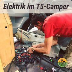 Eine der größten Hürden für Busbastler*innen ist die Elektrik. Hier erfahrt ihr, wie wir die Elektrik in unseren VW T5 eingebaut haben und was ihn zu einem autarken Reisemobil macht. Vw T5, T5 Camper, Led Band, Der Bus, Bike, Camper Ideas, Solar Installation, Built Ins