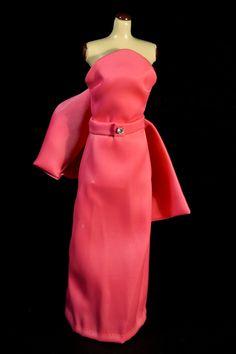 La belleza explosiva de Marilyn Monroe se ensalza al máximo con este vestido rosa con el que la vemos interpretar la mítica canción Diamonds are a girl's best friend. Diseñado por Orry Kelly.