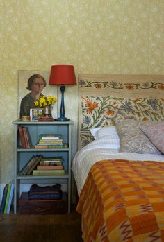 By Clare Richardson for Country Living - a vintage patterned paint roller on the walls and designs 9 on the cushions Patterned Paint Rollers, Style Anglais, Country Living Magazine, Modern Vintage Homes, Paint Effects, House Layouts, House Painting, Sweet Home, Interior Design