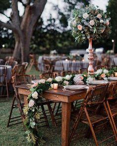 """585 Me gusta, 6 comentarios - LucíaSeCasa (@luciasecasa) en Instagram: """"Caminos de mesas con flores que son pura inspiración.  #weddinginspiration #wedding…"""""""