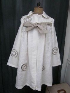 Manteau AGLAE en lin écru ajouré et brodé de beige fermé par un noeud de lin brut (2)