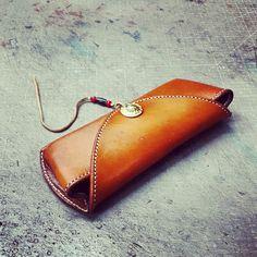 筆袋 Leather Glasses Case, Leather Case, Leather Wallet, Leather Projects, Project Ideas, Sunglasses Case, Cases, Accessories, Leather
