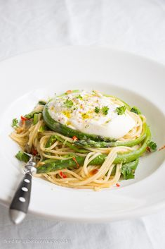 Pasta with green asparagus, burrata, chili & lemon // Feed me up before you go-go Breakfast Lunch Dinner, Breakfast Recipes, Pasta Recipes, Cooking Recipes, Seafood Diet, Veggie Omelette, Cooking Black Beans, Chili, Vegetable Dishes