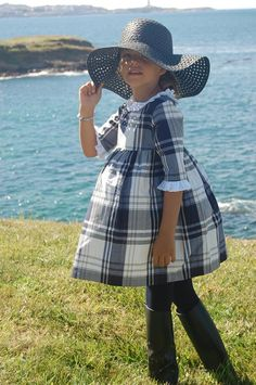 Tartan dress | Don babero Little Girl Outfits, Little Girl Dresses, Kids Outfits, Girls Dresses, Cute Outfits, Pritty Girls, Toddler Fashion, Kids Fashion, Tartan Dress
