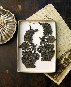 black lace earrings #pretty #wedding  lace making, kantklossen, spitzen, klöppeln