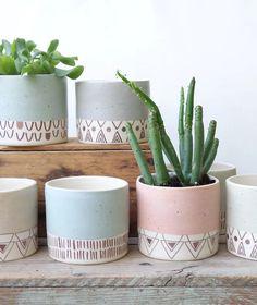 Painted Plant Pots, Painted Flower Pots, House Plants Decor, Plant Decor, Keramik Design, Pottery Painting Designs, Concrete Crafts, Diy Planters, Planter Boxes