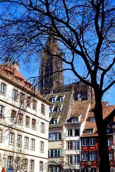 Straßburg im Winter, ein sonniger Fleck inmitten in der Stadt . Beim Sightseeing und Shoppen in Straßburg ist der Turm des Münsters eine gute Orientierungshilfe, weithin und von fast überall aus zu sehen.