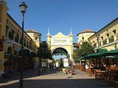 """Fidenza Village: o outlet entre Bolonha e Milão"" by @contandoashoras Toscana, Outlet, Shops, Street View, Mansions, House Styles, Shopping, Fashion, Bologna"