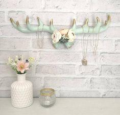 Geweih für Schmuck/Schlüssel in den Farben Mint & Gold #antler #jewelry #mint #vintage #homedecor #shabbychic #tradition Mint, Jar, Gold, Vintage, Decor, Antlers, Fake Flowers, Floral Wreath, Handarbeit