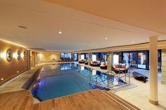 Pool mit Wintergarten Piscina Interior, Relax, Patio Interior, Poker Table, Bad, Conference Room, Wellness, Furniture, Home Decor