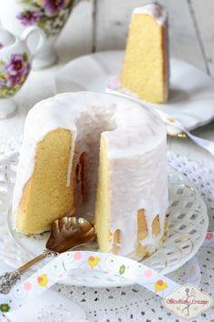 Bardzo smaczna babka gotowana o subtelnym smaku i zapachu cytryny. Idealna zarówno na święta, jak i na codzień do popłudniowej herbatki. :)