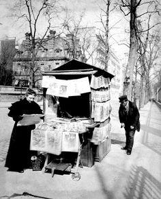 Eugène Atget (Libourne, 12 febbraio 1857 – Parigi, 4 agosto 1927): Marchand de journaux rue du Luxembourg 1899