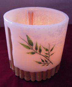 Cachepô de parafina e bambu. Hurricane Candle, Candle Lanterns, Pillar Candles, Shangri La, Candle Making, Planter Pots, Candle Holders, Xmas, Board