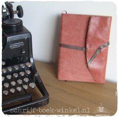 Extra dik A5 notitieboek met een kaft van rustiek leer en flapsluiting. Verkocht. Meer info? Mail info@schrijf-boek-winkel.nl