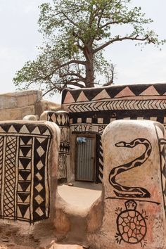 Mud House, Afrique Art, African Dolls, Vernacular Architecture, Pattern And Decoration, Wildlife Art, West Africa, Beautiful Buildings, World Cultures