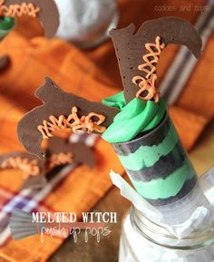 Melted Witch Push-Up Pops via Richards Richards Richards Little Drama Tienda Online. So fun for Halloween! Fun Halloween Treats, Halloween Desserts, Holiday Treats, Easy Halloween, Halloween Goodies, Halloween Recipe, Halloween Party, Holiday Fun, Halloween Tricks