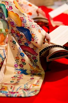 Japanese lady in kimono playing Koto instrument. Japanese Beauty, Japanese Lady, Japanese Design, Japanese Costume, Japanese Kimono, Koto Instrument, Turning Japanese, Japanese Textiles, Instruments