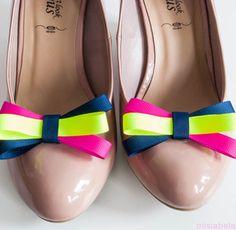 Ręcznie wykonane klipsy do butów kokardy w kolorze granatowym, różowym i noenowym zielonym.  Klips to magiczna ozdoba , która sprawi że najzwyklejsze buty staną się niebanalne i niepowtarzalne. Przypinaj je do balerinek, szpilek lub torebki czy koszuli.... Ich zastosowanie zależy jedynie od naszej wyobraźni.  Ozdoby mocowane są na specjalnie zaprojektowanym klipsie do obuwia, który  jest bezpieczny dla stopy i buta.  Cena 23 zł  Kokarda ok 7 x 4 cm  Materiały: Tasiemka rypsowa, klips