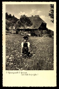 Postkarte: Frau in Schwarzwälder Tracht mit Bollenhut