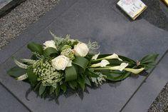 """Résultat de recherche d'images pour """"allerheiligen grafstuk"""" Funeral Flower Arrangements, Ikebana Arrangements, Beautiful Flower Arrangements, Beautiful Flowers, Grave Flowers, Cemetery Flowers, Funeral Flowers, Wedding Flowers, Deco Floral"""